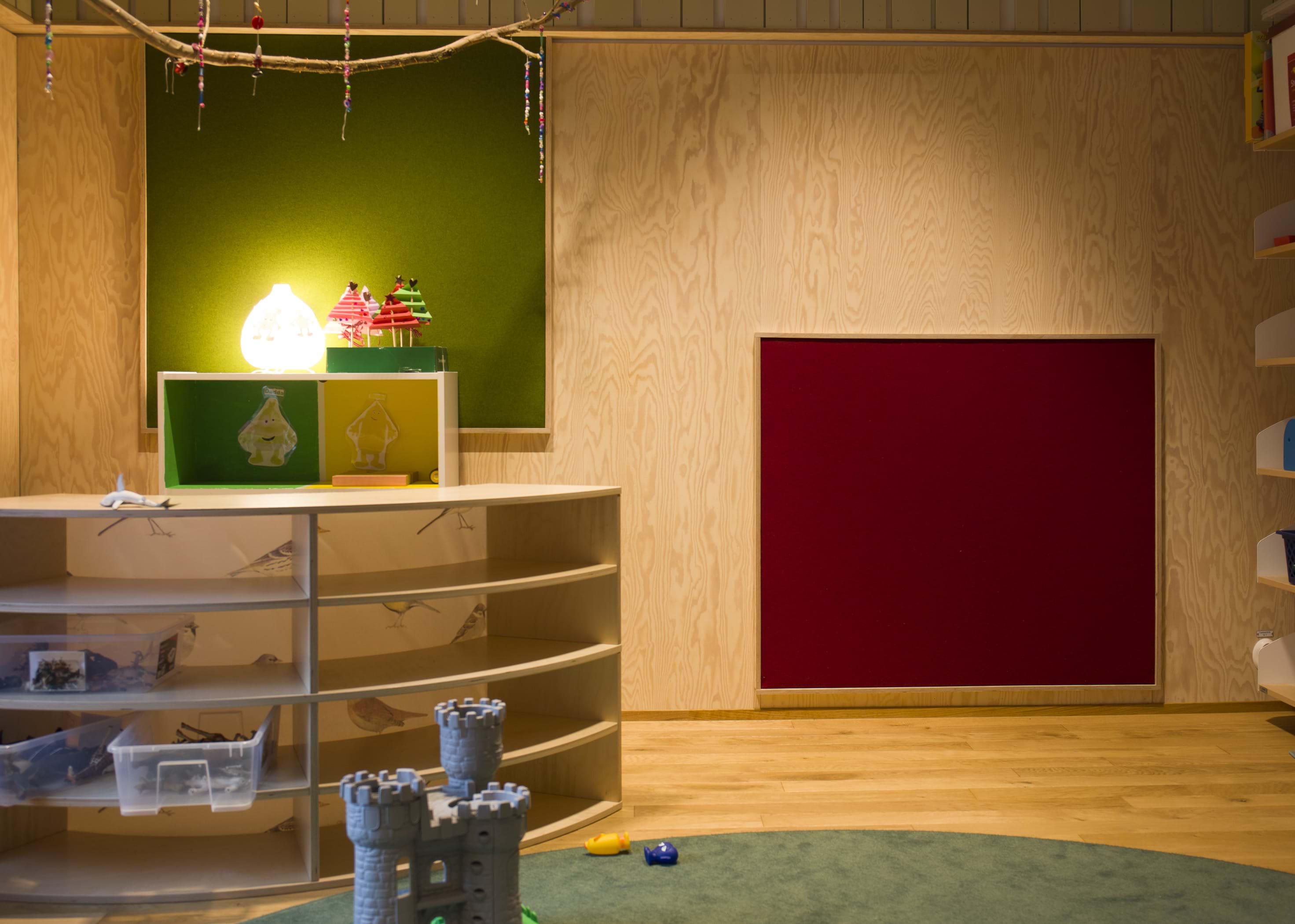 fraster filt som opslags og akustik tavle i b rnehaven i bor s. Black Bedroom Furniture Sets. Home Design Ideas
