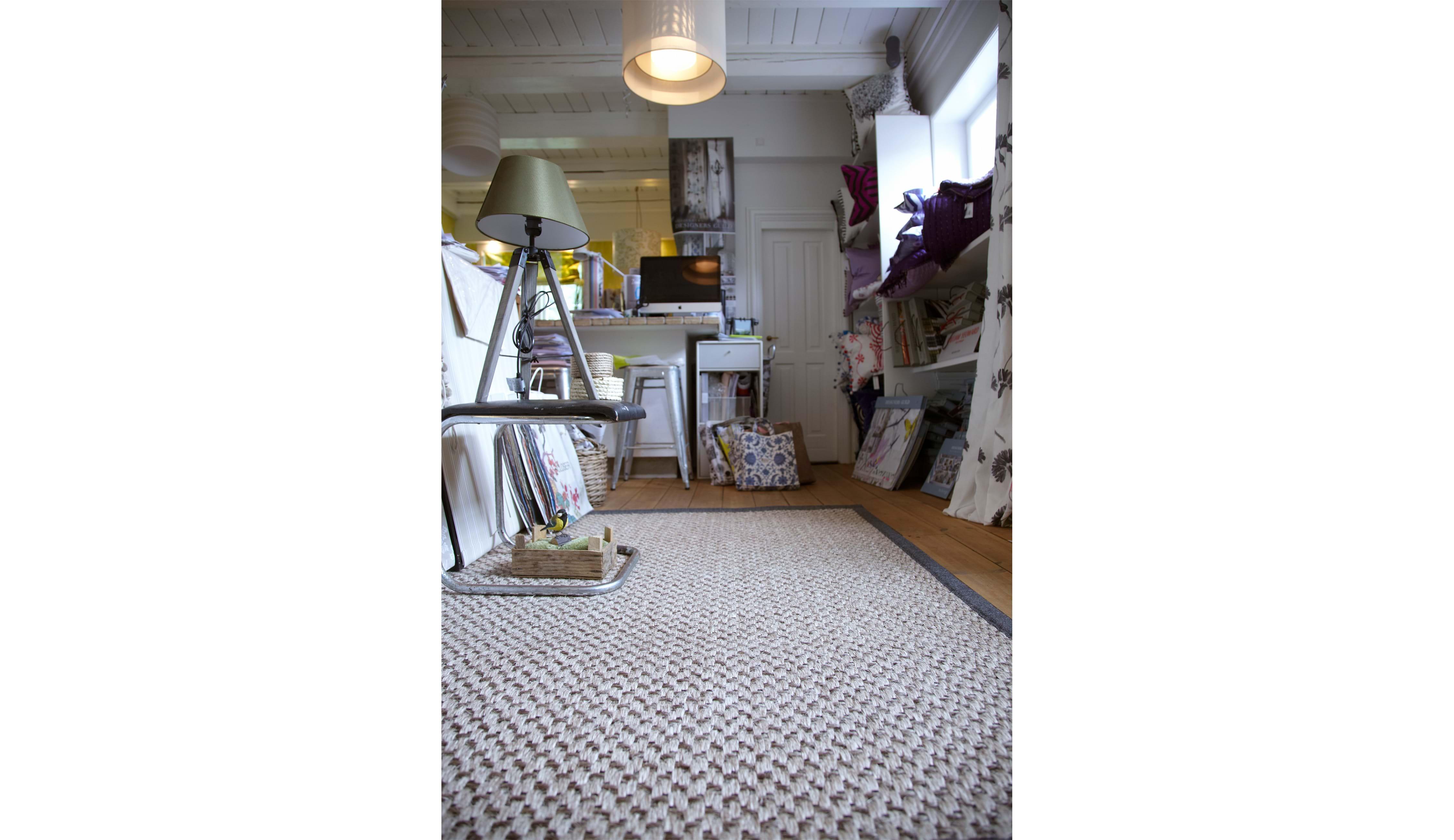 Få inspiration til brug af afpassede tæpper i stuen, spisestuen
